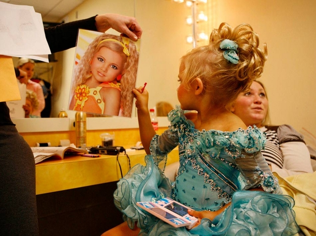 Emilia checks out her headshot with her mother Bridgett as seen in Toddlers & Tiaras.TLC/Rebecca Drobis - Friday, January, 23, 2009, 10:23 PM